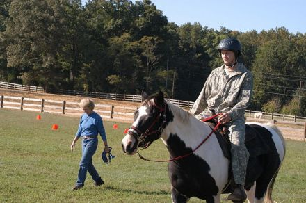 800px-US_Army_52807_Horse_therapy_gallops_toward_helpful_transitions